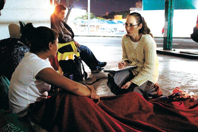 Pessoas em situação de Rua recebem ajuda do Creas e Defesa Civil