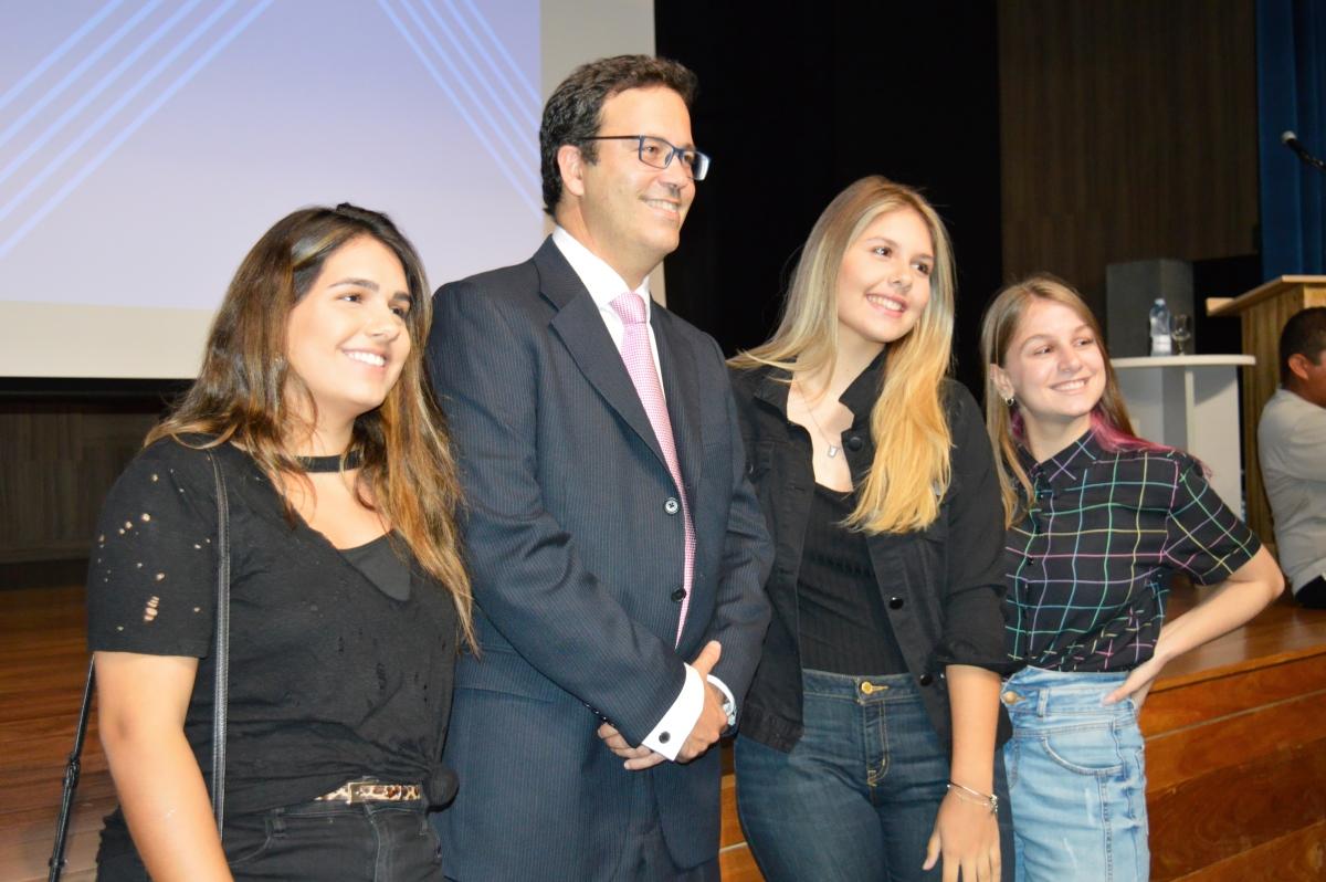 Foto 2_Dr. Rodrigo Vianna com estudantes da UniMAX