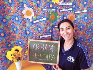 Professora Fátima da 1ª Etapa - Unidade I do Colégio Meta, em aula remota com o tema 'Arraiá'