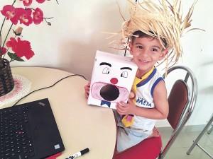 Lorenzo, aluno da Unidade I do Colégio Meta, em aula remota com o tema 'Arraiá'